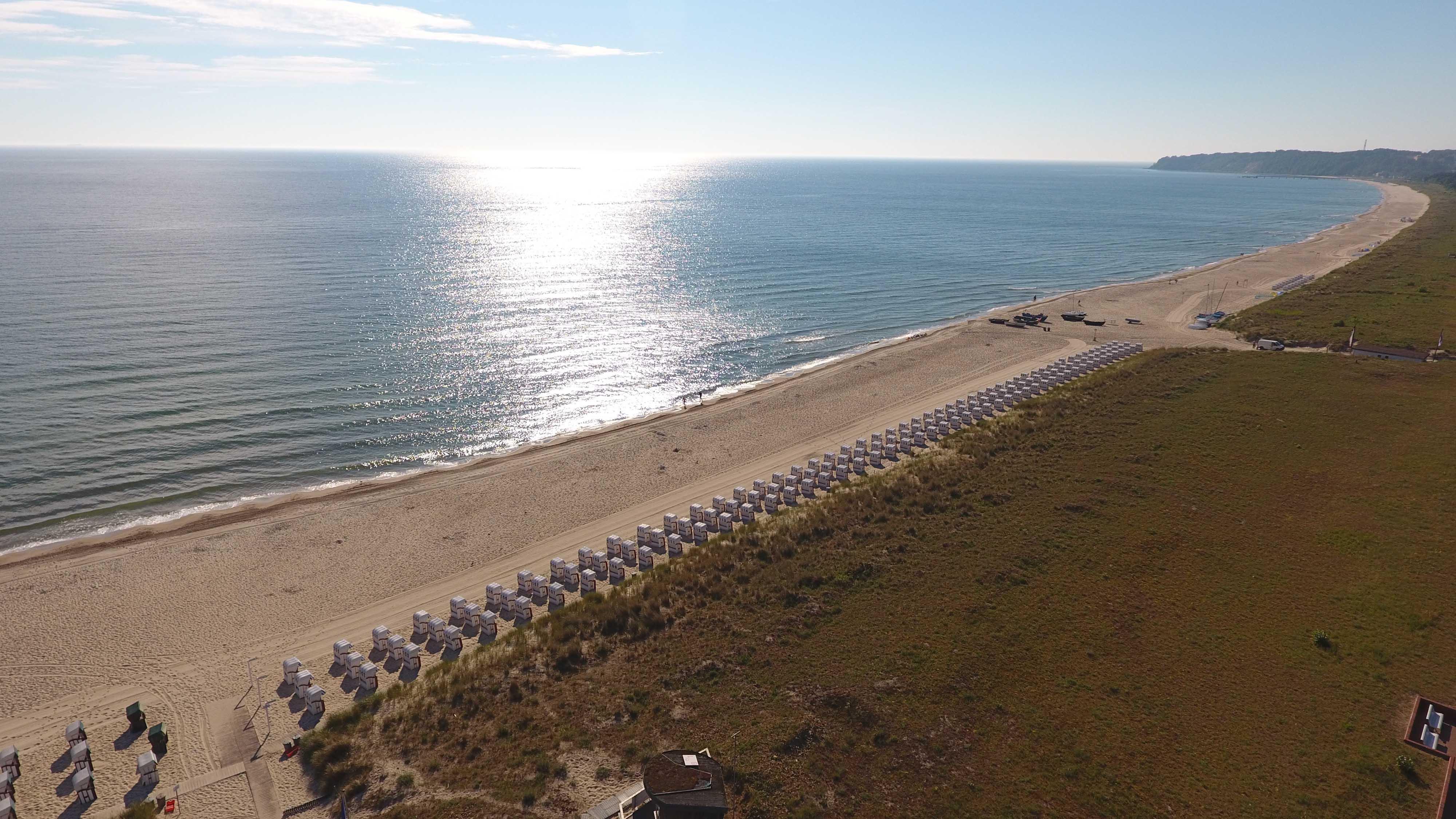 Luftbild vom Strand im Sommer
